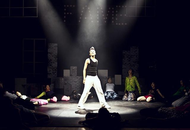 osvětlený zpěvák