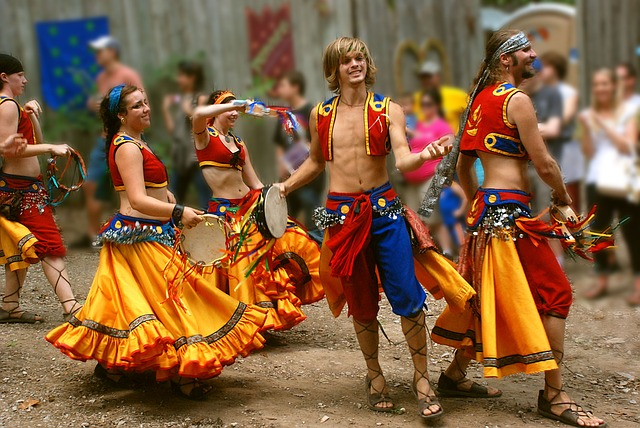 tanečníci v kostýmech