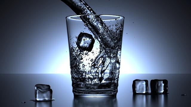 kostky ledu ve sklenici