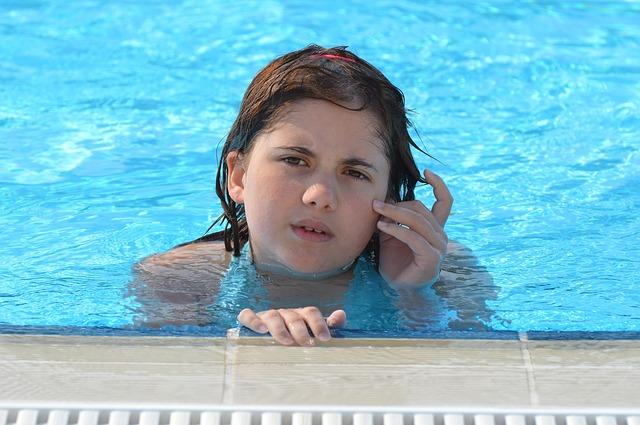 dívka v bazénu.jpg