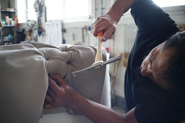 výroba nábytku – muž a pohovka.jpg