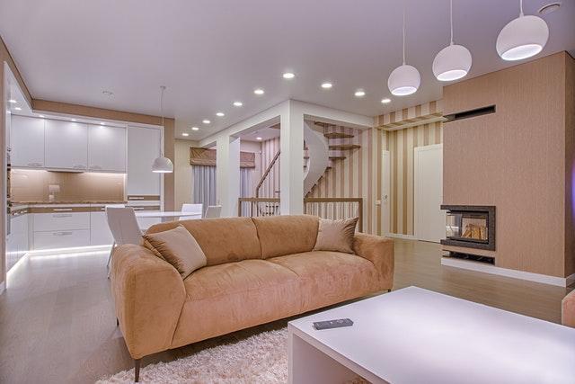 nábytek v bytě, béžová pohovka.jpg
